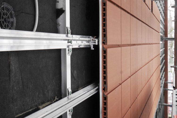 Montage Tonplattenfassade rot