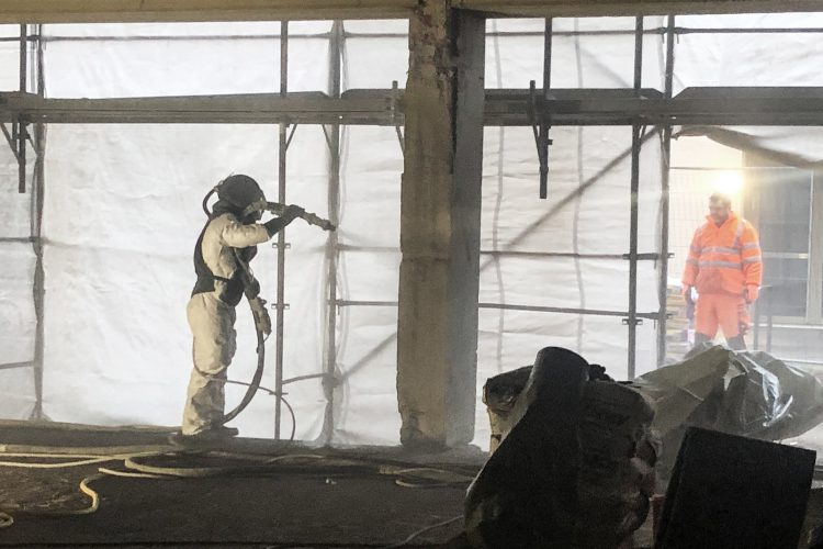 Reinigung der Stahlbetonstützen