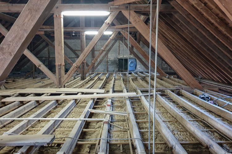 Dachstuhl - Fertigstellung der Freilegung Deckenbalken